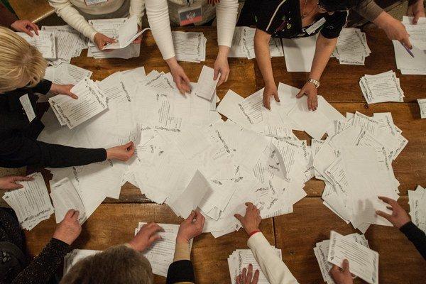Členovia volebnej komisie spočítavajú hlasy po uzatvorení volebných miestností v Donecku.
