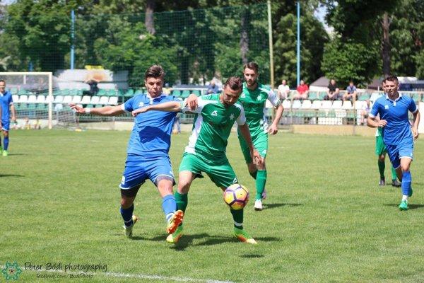 V súboji o loptu Novozámčan Kojo Matič s protihráčom z Gabčíkova.