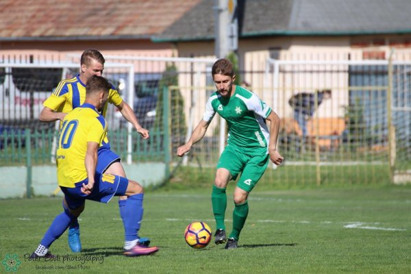 Ihor Lovska (pri lopte) sa snaží presadiť proti dvom protihráčom z Dunajskej Stredy