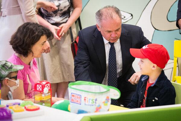 Prezident Andrej Kiska počas návštevy Dennej kliniky Kliniky detskej hematológie a onkológie.