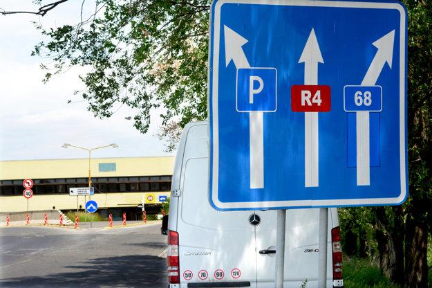 Dve odporujúce si značky pred hranicou. Na rýchlostnú komunikáciu posiela prvá z nich rovno, druhá (zakrytá lístím) doľava.