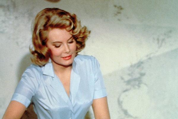 Molly Petersová ako  zdravotná sestra Patricia Fearingová v bondovke Thunderball.
