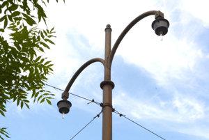 Poškodené lampy. Navodzujú dobový charakter, sú však zničené.