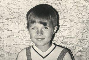 Peter Nagy. Rozkošný prváčik s nakrivo ostrihanou ofinou nie je nikto iný, ako ďalší slávny východniar Peter Nagy. Narodil sa 9. apríla 1959 v Prešove.