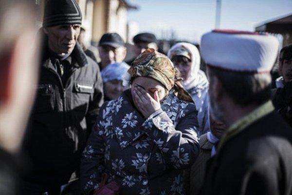 Žena plače počas pohrebu Rešata Ameta, pro-ukrajinského Tatára.