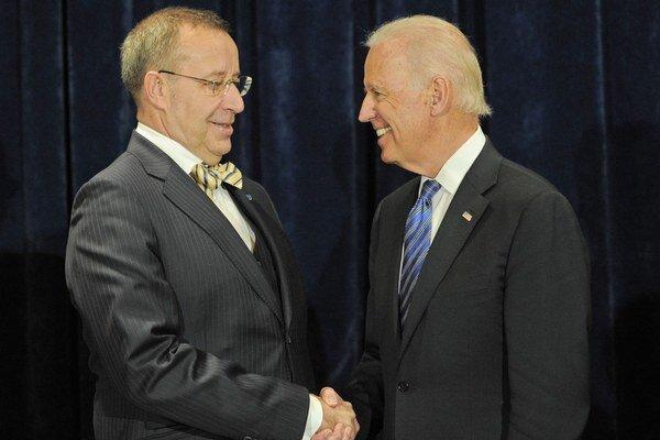 Estónsky prezident Toomas Hendrik Ilves a americký viceprezident Joe Biden sa stretli vo Varšave.
