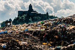 Kopa odpadu pri Ľubovnianskom hrade - našťastie začala miznúť.