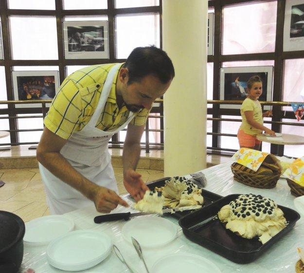Martin Fratrič servíroval svoju Pavlovu tortu.