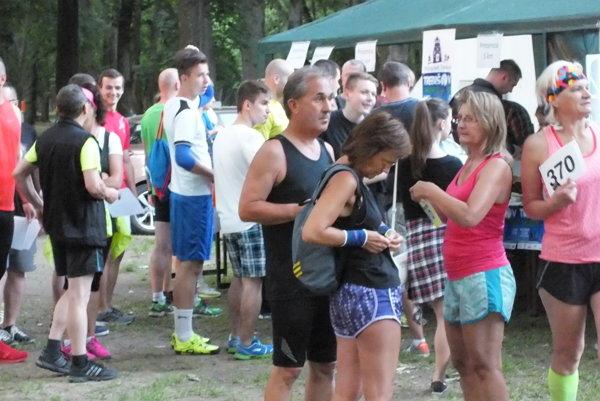 V Nočnom behu Trebišovom vlani organizátorov milo prekvapila účasť bežcov rôznych vekových kategórií.