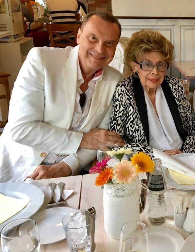 S oslávenkyňou. Štefan mame daroval briliantový prsteň.