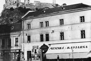 Terajšie Mierové námestie s pohľadom na Trenčiansky hrad a bývalú mestskú kaviareň. (1929)