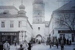 Pod Mestskou bránou. (1905)