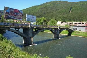 Most je vrovnakom stave ako priemyselná zóna, do ktorej vedie. Teda spustnutý azanedbaný.
