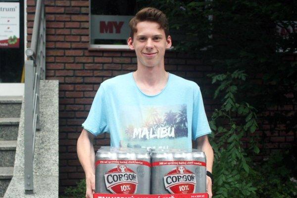 V 12. kole vyhral kartón piva Corgoň Jakub Chrenko zo Zlatých Moraviec. Prišiel poň aj s otcom.