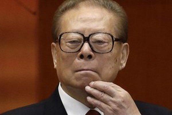 Španielsky súd vydal zatykač na bývalého čínskeho prezidenta Ťiang Ce-mina.