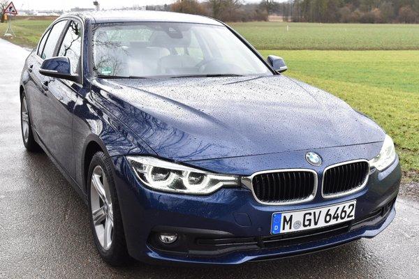 """Sedan BMW 318d s typickou """"obličkovou"""" prednou maskou. Na pohon tohto modelu slúži turbodieselový dvojlitrový štvorvalec výkonu 110 kW, kombinovaný s osemstupňovou automatickou prevodovkou."""
