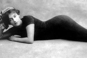 V o niečo cudnejšej verzii jednodielnych kellermaniek s našitými pančuškami sa predviedla aj pred britskou kráľovskou rodinou na plaveckých pretekoch v roku 1905.