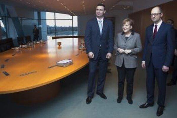 Nemecká kancelárka Angela Merkelová (v strede), Vitalij Kličko (vľavo) a Arsenij Jaceňuk.