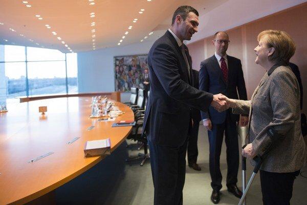 Vitalij Kličko, Arsenij Jaceňuk a Angela Merkelová v jej berlínskom úrade.