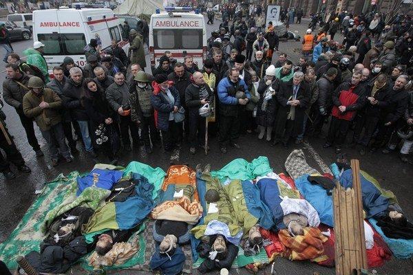 Kyjev 20. februára 2014. Aktivisti z majdanu zbierali mŕtve telá zastrelených demonštrantov. Európska únia po dlhom váhaní prijala sankcie proti ukrajinským politikom.