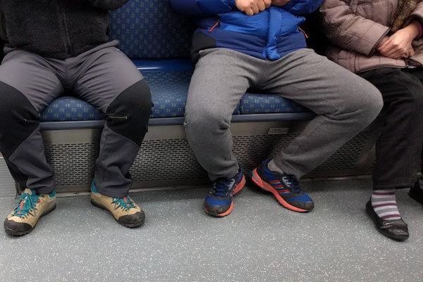 Zakázané nie je iba vykladanie nôh na sedadlo.