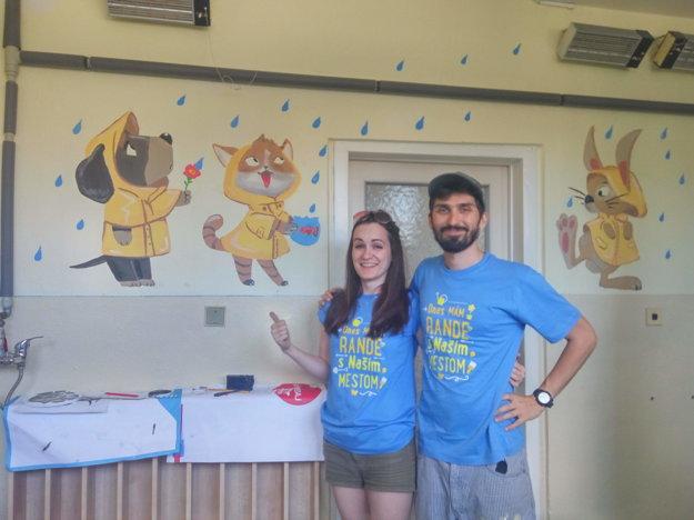 Snúbenci Pavol a Zuzana v rámci podujatiauž piaty rok maľujú obrázky v materskej škole naDenešovej ulici v Košiciach. Tento rok kreslil v umyvárni zvieratká v pršiplášťoch.