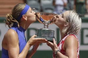 Lucie Šafářová (vľavo) a Bethanie Matteková-Sandsová bozkávajú víťaznú trofej.