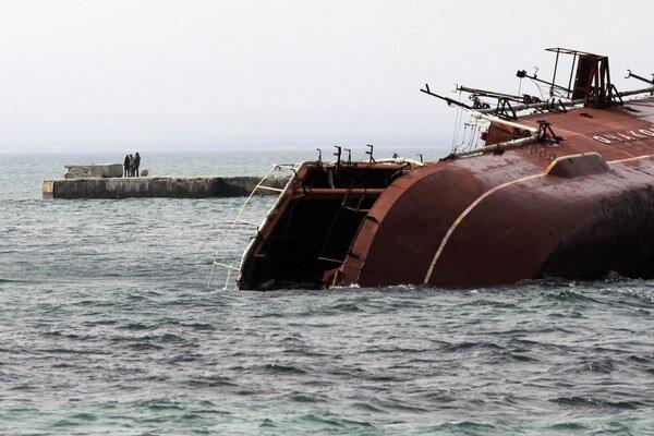 Potopená vyradená protiponorková loď Ochakovo pri vstupe do zálivu Donuzav na západe Krymu. Vo štvrtok ju potopili ruskí námorníci, aby zabránili ukrajinským lodiam v prístupe k Čiernemu moru.