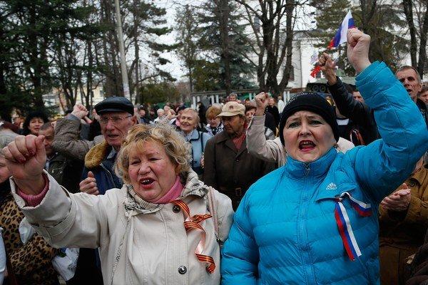 Proruskí demonštranti pred budovou parlamentu v hlavnom meste Krymu, Simferopoli. O odtrhnutí polostrova od Ukrajiny majú rozhodnúť v referende 16. marca, vláda v Kyjeve ho však neuznáva.