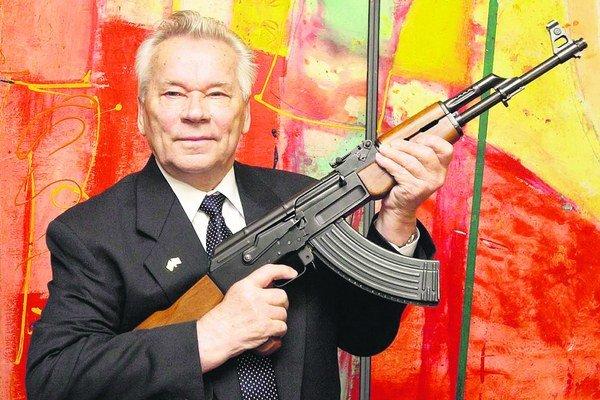 Michail Kalašnikov rád pózoval so svojím najslávnejším vynálezom.
