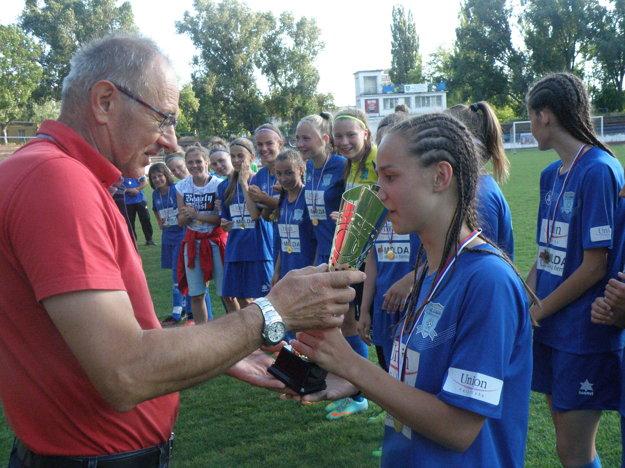 Kapitánka družstva Nicol Mazúchová preberá pohár za víťazstvo