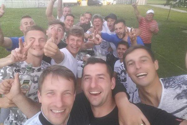 Futbalisti R.T./Konská oslavujú postup do piatej ligy.