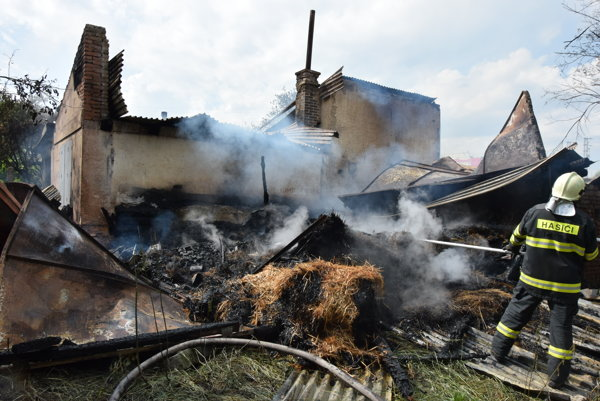 Zásah. Prehorela strecha, ktorá sa zrútila.