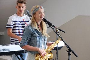 Dominika so saxofónom.