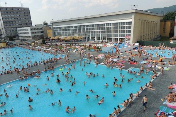 Areál s letnými bazénmi ožije.