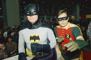 Adam West (vľavo) a Burt Ward v oblekoch Batmana a Robina.