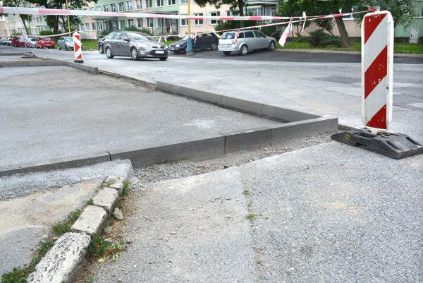 Vyčnievajúce parkovisko do cesty. EEI ani mesto neodpovedali, či to bolo takto schválené.