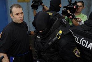 Na snímke Volodymyr Yegorov v sprievode policajných príslušníkov 27. júla 2011 v Bratislave.