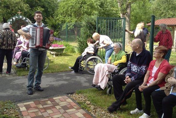 K príjemnej atmosfére prispel aj dvorný harmonikár Zdenko Jati.