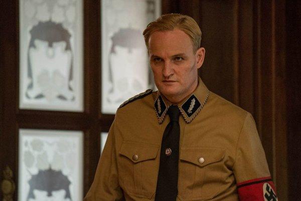 Jason Clarke ako Reinhard Heydrich vo filme Muž so železným srdcom.