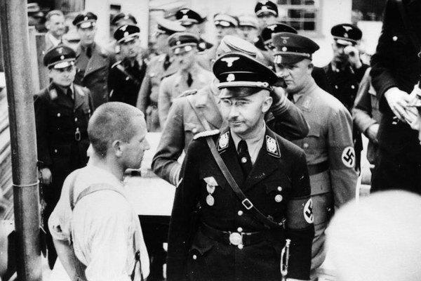 Heinrich Himmler na inšpekcii koncentračného tábora v Dachau.