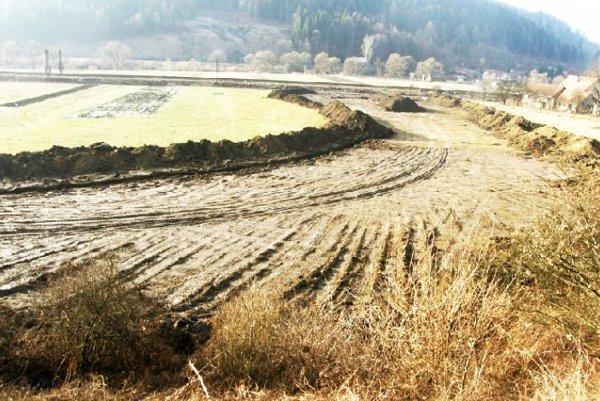 Výstavba v roku 2010 neďaleko obce Stankovany.