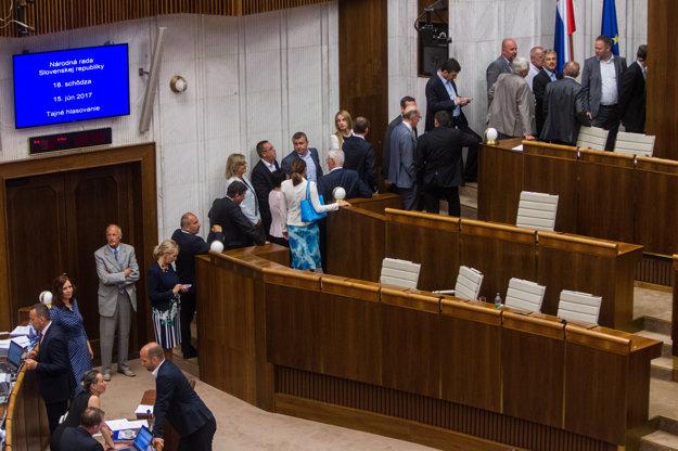 Hlasovanie poslancov.