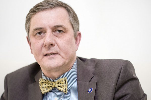 Poľský veľvyslanec Tomasz Chloń je považovaný za jedného z najkvalitnejších diplomatov pôsobiacich v Bratislave. Počas svojej kariéry nemal nikdy ďaleko od témy vzťahov Európy s východnými susedmi: pred príchodom na Slovensko pôsobil v Estónsku, vo Fínsku