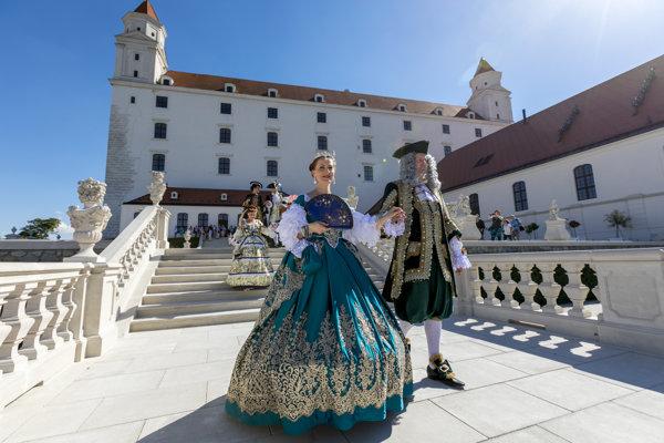 """Baroková kratochvíľa v záhrade na Bratislavskom hrade po skončení dvojdňovej konferencie venovanej Márii Terézii """"Vitam et sanguinem""""."""