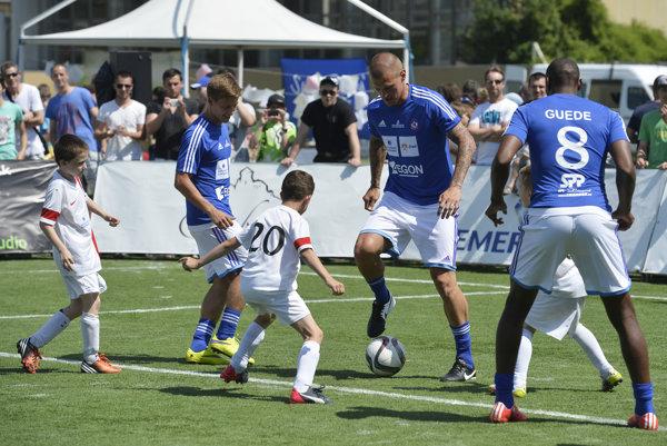 Minulý rok si futbaloví reprezentanti v projekte Hviezdy deťom zahrali proti deťom AS Trenčín.