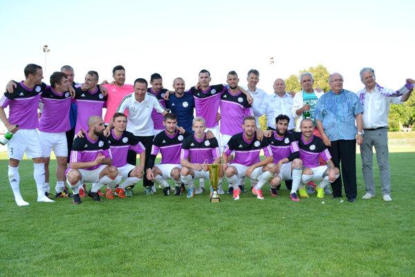 KFC Komárno - víťaz III.ligy západ 2016/2017. S futbalistami sa tešil aj primátor mesta László Stubendek (celkom vpravo)