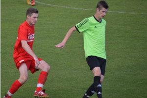 Hosťujúci Boris Drienka (v zelenom) vsúboji oloptu sdomácim Tomášom Ondráškom vzápase Veľké Bierovce/Opatovce – Zamarovce 2:0.