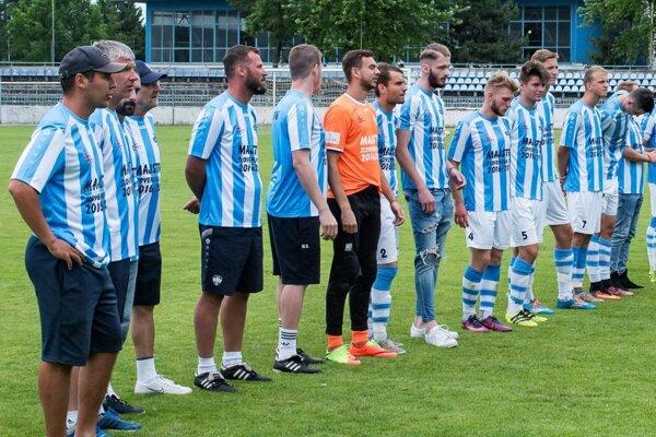 Prvý zľava tréner Michal Kuruc, za ním asistent Martin Babinec.