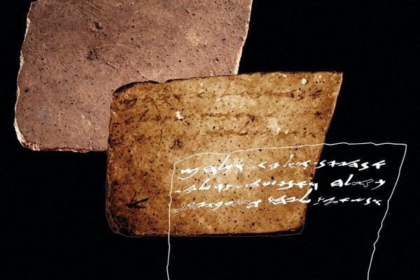 Nápis nájdený na zadnej strane ostrakónu z Aradu.